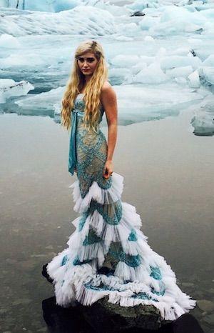 Blonde Frau im Meerjungfrau Kostüm